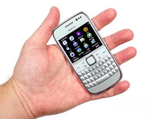Nokia E6 в руке
