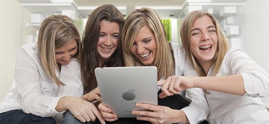 Девушки с планшетом